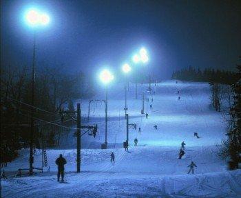 Im Skigebiet ist auch Nachtskifahren möglich.