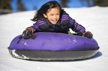 Der Family Channel Mega Snow Coaster Tube Park ist ein echtes Highlight für jeden, der sich abseits der Piste nach Geschwindigkeit sehnt.