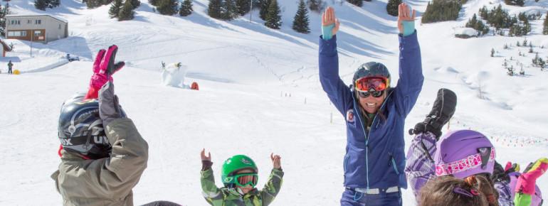 In der Schneesportschule Bivio erlernen die Kleinen spielerisch das Skifahren.