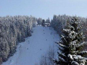 Breite Pisten in allen Schwierigkeitsstufen warten hier auf Wintersportler.