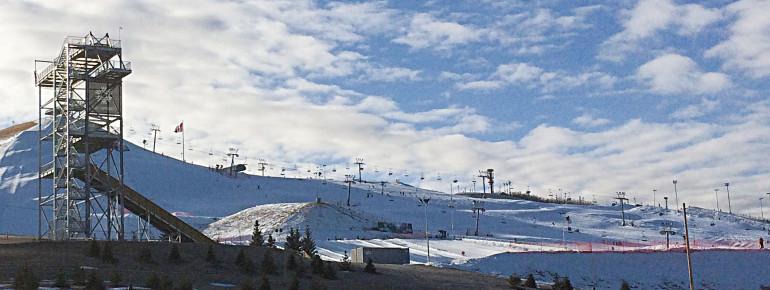 Panormablick auf das Skigebiet Winsport am Canadian Olympic Park (COP).