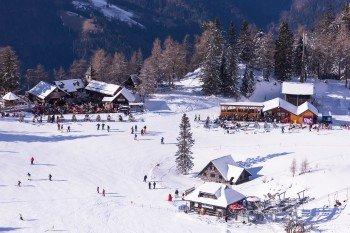 Sieben Bergrestaurants und Hütten stehen zur Mittagspause oder zur Einkehr auf einen Kaffee im Skigebiet zur Verfügung.