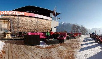 Auf der Sonnenterrasse der Christlum Lounge lässt es sich gut entspannen. Sie liegt neben der Christlum Alm, die sich entlang der Südabfahrt (Nr.1) befindet.