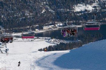 Der Sessellift Christlum Express bringt Wintersportler vom Ort Achenkirch am Achensee auf den Berg.