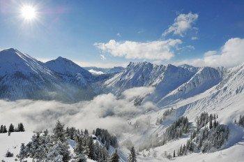 Im Skigebiet Christlum erhält man den Blick auf das Karwendelgebirge in Tirol.