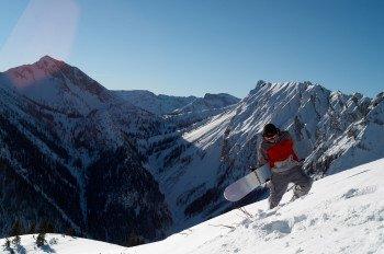 Snowboarder und Freestyler freuen sich über die sechs Obstacles im Funpark von Christlum.