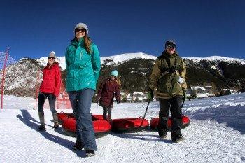 Nach dem Skifahren lohnt sich eine Schneeschuhtour oder eine rasante Runde Snowtubing auf dem eigens dafür vorhandenen Tubing Hill.