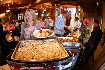Geh aus mit Freunden und Familie oder mach es dir gemütlich und lass dir die besten Gerichte einfach bequem in deine Unterkunft liefern: Dine-In-Delivery macht es möglich.