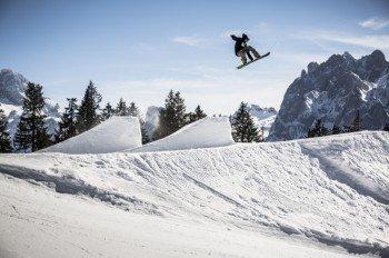 Action pur im Snowpark Dachstein West. Professionelle Shaper präparieren den Snowpark für Anfänger und Fortgeschrittene.