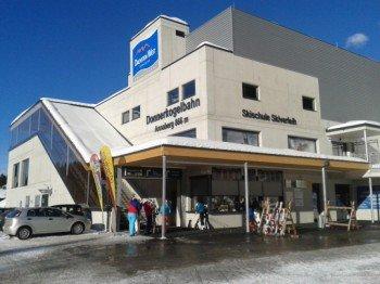 An den Talstationen können Wintersportler ihre Ski deponieren oder Ausrüstung leihen