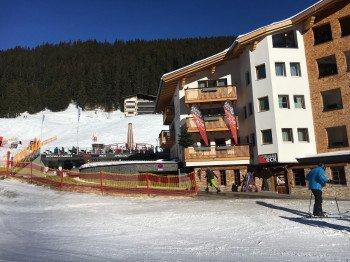 Im Ortsteil Uga locken direkt an der Talstation gleich zwei Après-Ski-Lokale zum Absacker nach dem Skifahren ein.