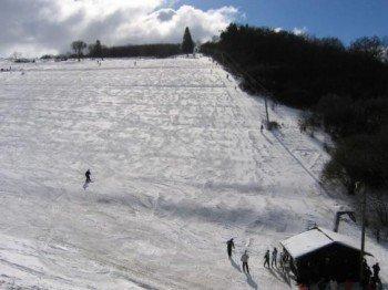 Ein Doppelschlepplift bringt Wintersportfreunde auf den Mäuseberg (550m).
