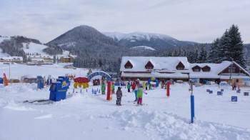 Im Kinder Funpark helfen Zauberteppiche bei den ersten Schwüngen im Schnee.