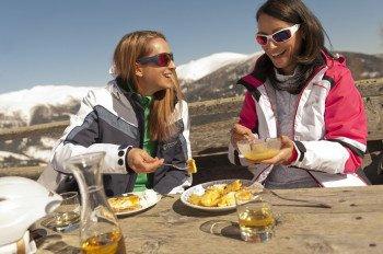 Auf den Hütten in Kärnten werden Wintersportlern österreichische Schmankerl serviert.