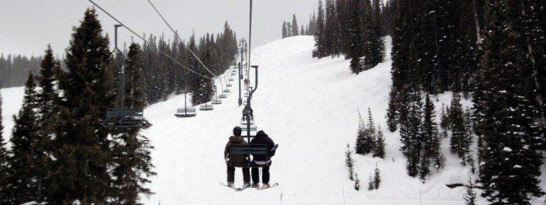 Überwiegend schwierige Abfahrten führen von der Bergstation des Grizzly Lifts.