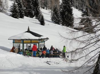 Von der Apres Ski Bar hat man die Kinder am Übungshang immer im Blick