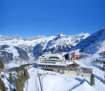 Mitten im Skigebiet liegt das Berghotel Trübsee.