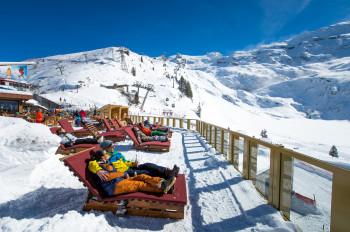Liegestühle gibt es auf der Terrasse am Berghotel Trübsee.