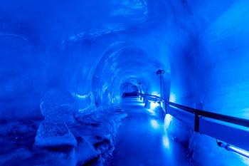 Ein Blick in die beleuchtete Gletschergrotte.