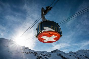 Spektakulär ist die drehbare Rotair Luftseilbahn. Auf der roten Unterseite befindet sich eine riesige Schweizer Flagge.