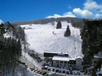 Das Luftbild zeigt den Überblick über das gesamte Skigebiet am Eschenberg.