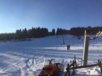 Insgesamt drei Schlepplifte transportieren die Wintersportler im Skigebiet.