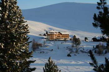 Blick über den zugefrorenen Falkertsee zum Heidi-Hotel