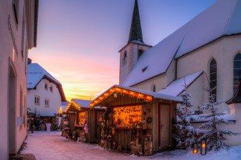 Ortskern von Filzmoos: Nach dem Skifahren laden in der Adventszeit die Stände zum Vorbeischlendern und Verweilen ein.