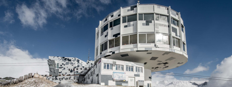 Die umgestaltete Bergstation erstrahlt in 'Digital Camouflage'-Optik.