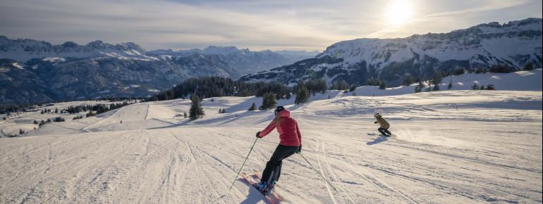Skifahren am Morgen.