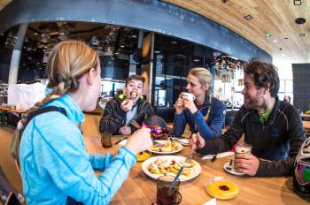 In den Skihütten kannst du dich mit regionalen Schmankerln stärken.