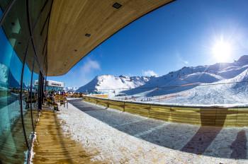 Mittagspause im Bergloft Sonnendeck an der Bergstation der Spieljochbahn.