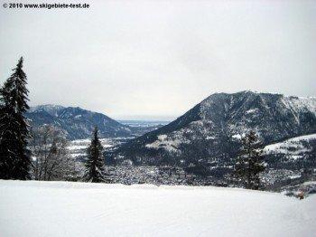 Bei schön(er)em Wetter ein Traum: Der Blick über Garmisch bis weit in das bayerische Alpenvorland.