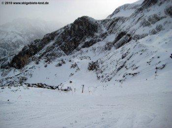 Blick auf die roten Pisten am Osterfelderkopf (2050 m)!