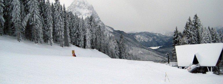 Die fünf Talabfahrten (hier ist die Gabelung zwischen der schwarzen Kandahar und der roten Olympia Abfahrt zu sehen) sind auch für sehr gute Skifahrer eine Herausforderung.