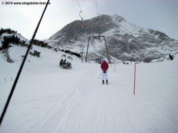 Als Snowboarder sollte man in Garmisch Classic schon geübt im Umgang mit Schleppliftanlagen sein.