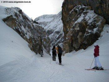 Auch wenn man hier nicht stehen bleiben sollte, - die Felswelt am Wetterstein ist eine Attraktion für Jung und Alt.