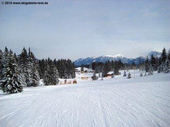 Blick über den Hausberg auf die sanften bayerischen Alpen.
