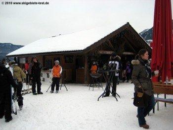 Typische Après-Ski Musik und Verpflegung bietet diese Hütte an der Talstation der Hausbergbahn.