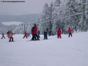 Skianfänger erhalten am Geißkopf Hilfe von der Skischule Schneider