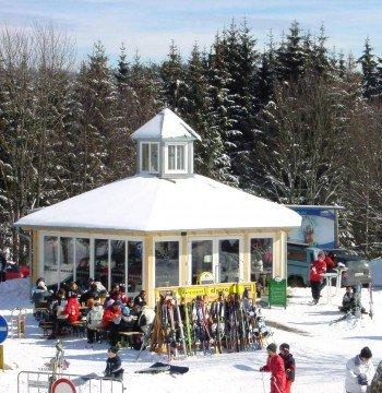 Die Tauscher-Skibar lockt partyfreudige Skifahrer an