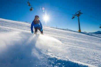 Boarder und Freerider erfreuen sich sowohl an den präparierten Pisten sowie an den Naturbahnen und Tiefschneeabfahrten des Skigebiets.