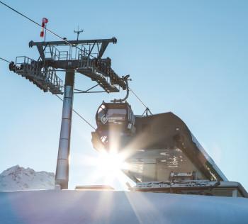 Mit der neuen 10er Gondelbahn gelangt man rasch und bequem ins Skigebiet am Glungezer.