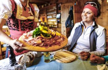 Tiroler Künstlichkeiten gibt es auf den Hütten.