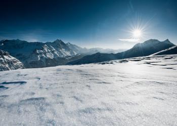 Wunderschöne Aussicht im sonnigen Skigebiet Grindelwald-First
