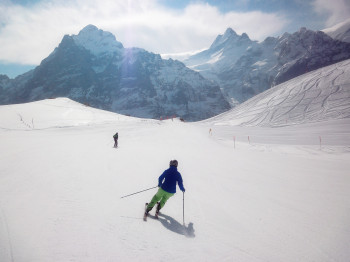 Unterwegs in Grindelwald First mit Blick auf Mönch (4107m) und Jungfrau (4158m)