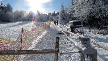 Am Übungslift probieren sich alle Skianfänger