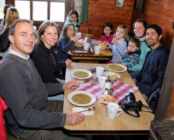 Hungrige Skifahrer stärken sich in der Bocksberghütte oder in den Hütten abseits der Piste