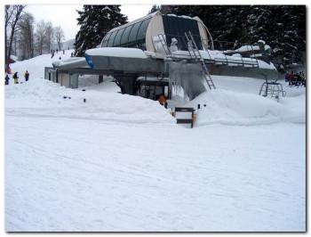 Es gibt 3 Sessellifte im Skigebiet.