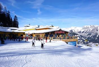 """Neue urige Hütte an der Bergstation der 8er-Gondelbahn mit eigens gebrauten """"Stoni's Rauchkuchl-Bier"""" & regionaler Küche"""